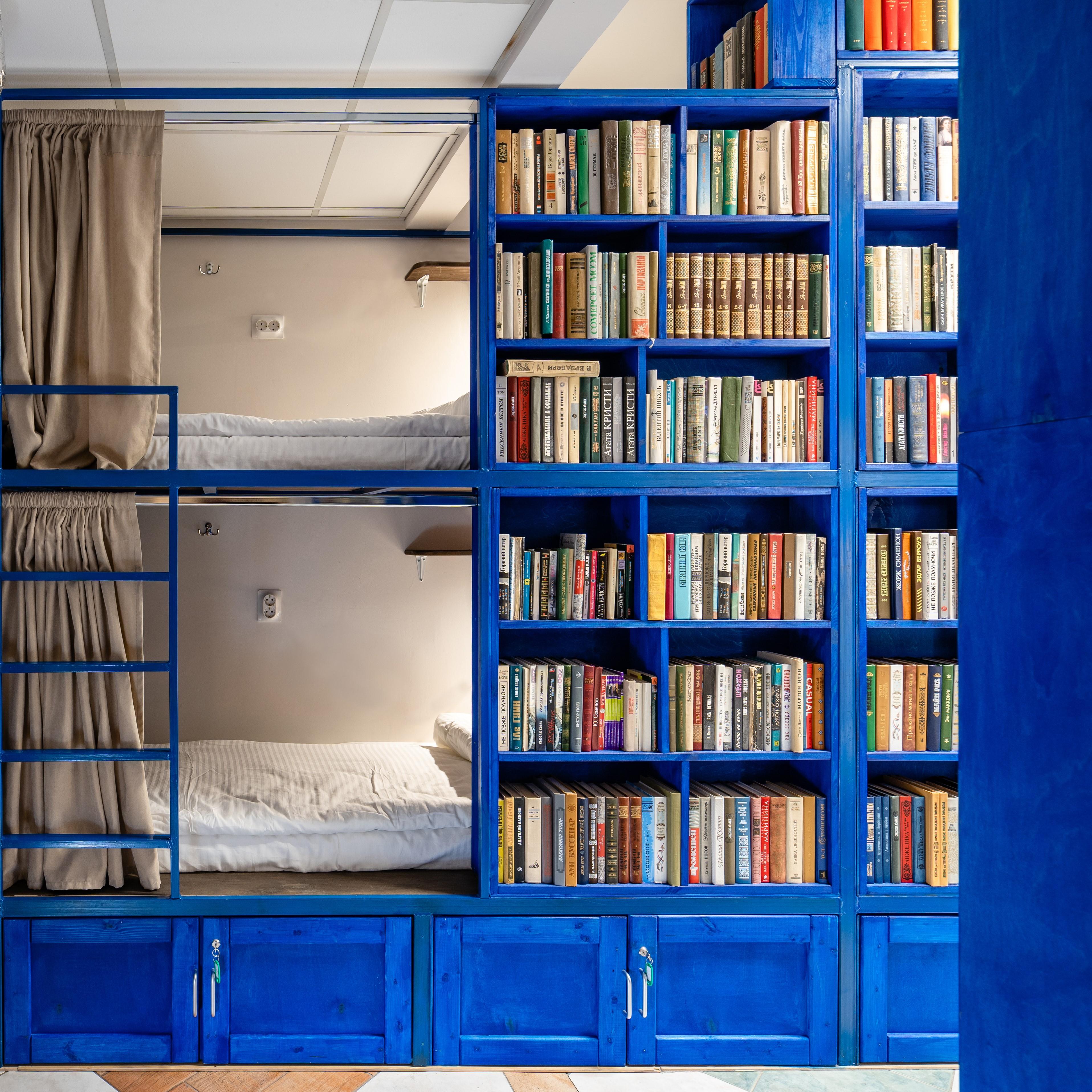 10-местная общая спальня в BookCase Hostel