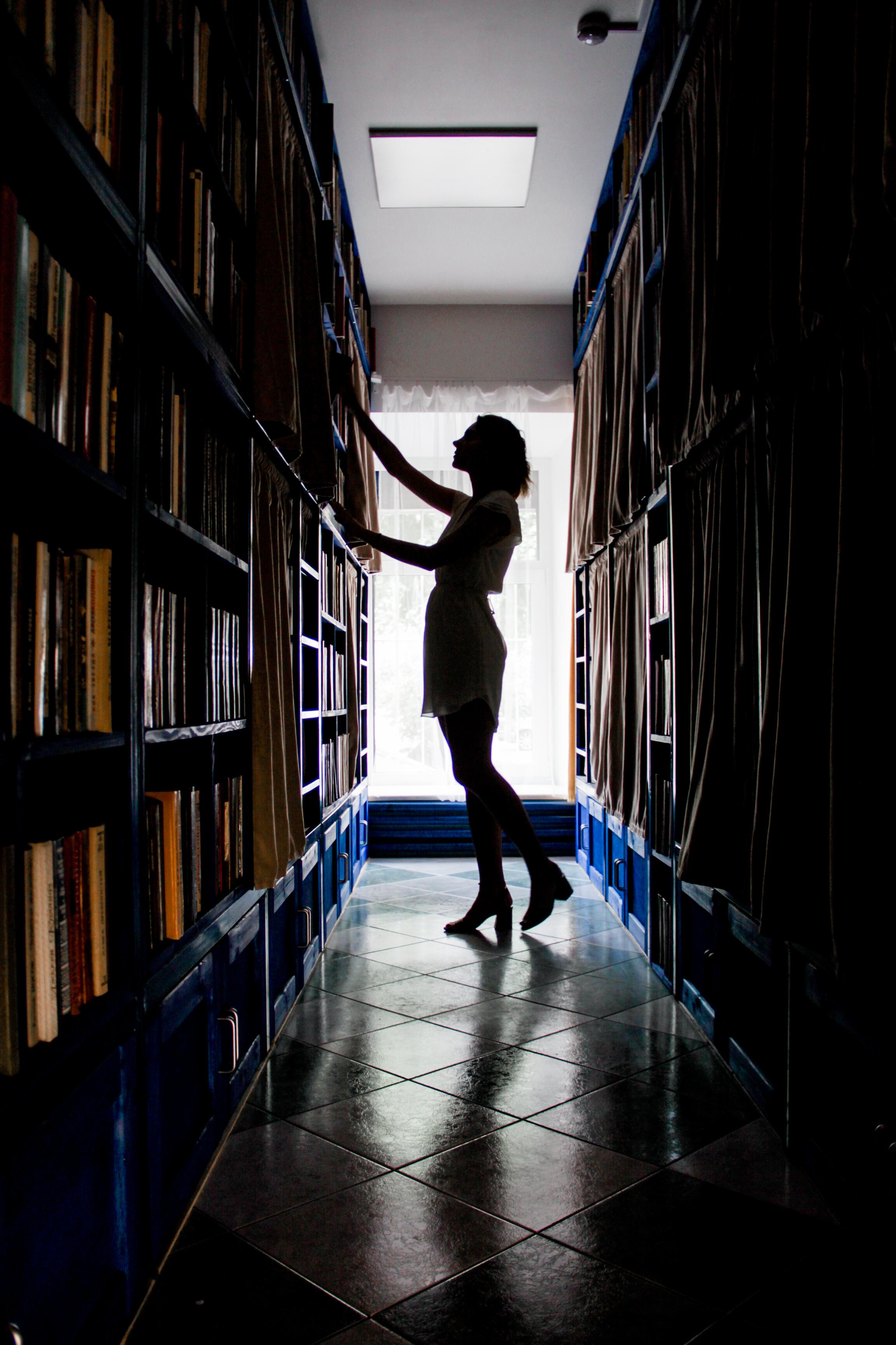 У нас примерно 2300 книг и журналов на разных языках