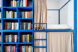 """Каждый номер BookCase Hostel называется по библиотеке, которая в нём собрана. В этом -- """"Русская кла"""