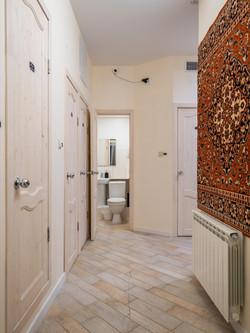 Каждый туалет и душевая -- отдельная комната