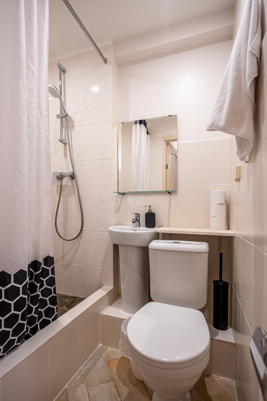 Так выглядят наши туалеты и душевые. Всего их 6