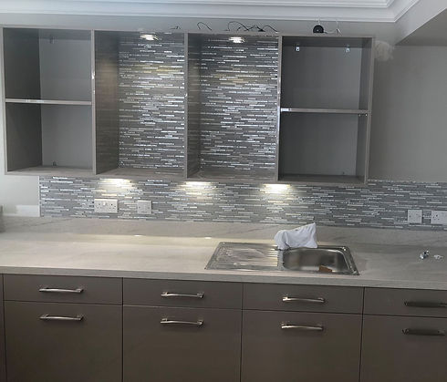 Contemporary kitchen tiling in granite colour