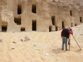 Arqueólogos descobrem acidentalmente 250 tumbas no Egito