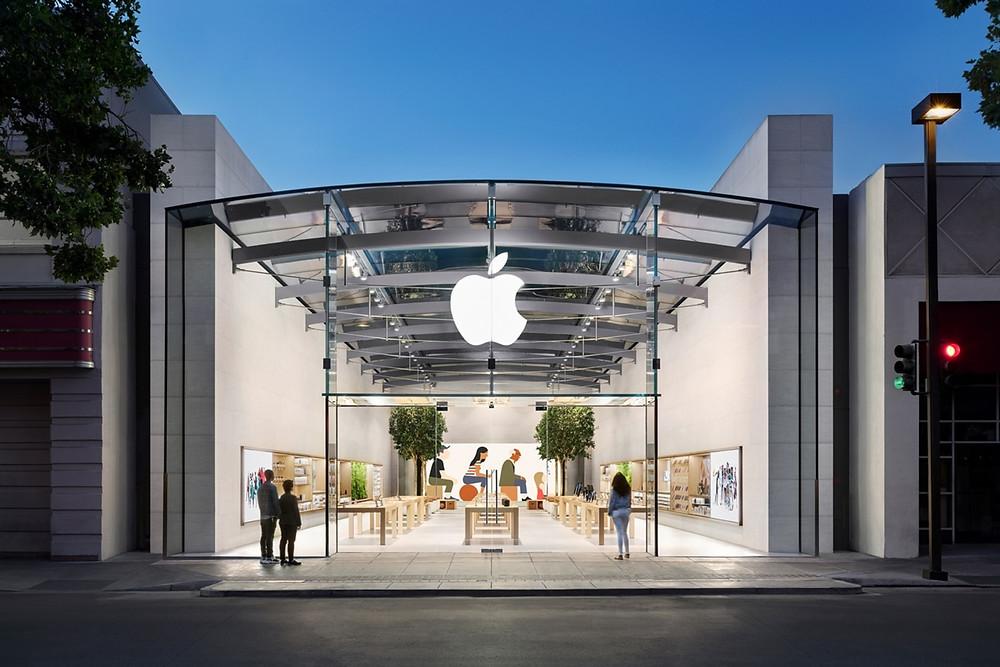 Loja da Apple com clientes vendo mostruário