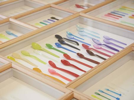 Exposição retrata talheres plásticos como objetos de outra era