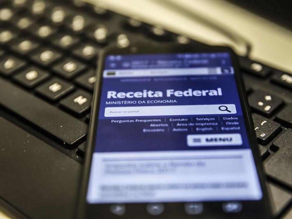 Smartphone com o site da Receita Federal