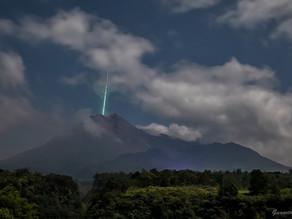 Fotógrafo registra estrela cadente caindo na boca de um vulcão