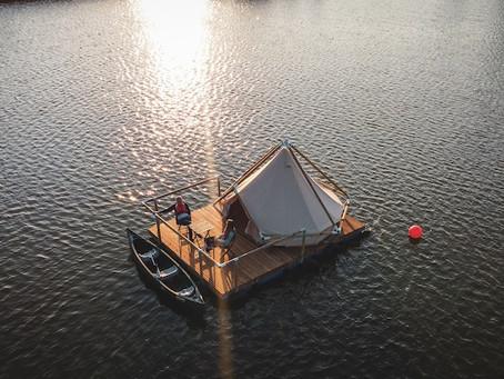 Aventureiros acampam sobre lago na Bélgica
