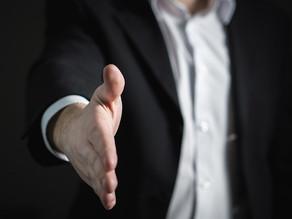 Håndtrykket er ikke en enestående del af dansk kultur. Drop det, og send nye danskere i teatret
