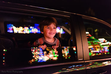 pic-of-kid-looking-at-Christmas-lights-o