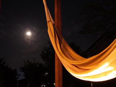 夜のハンモック