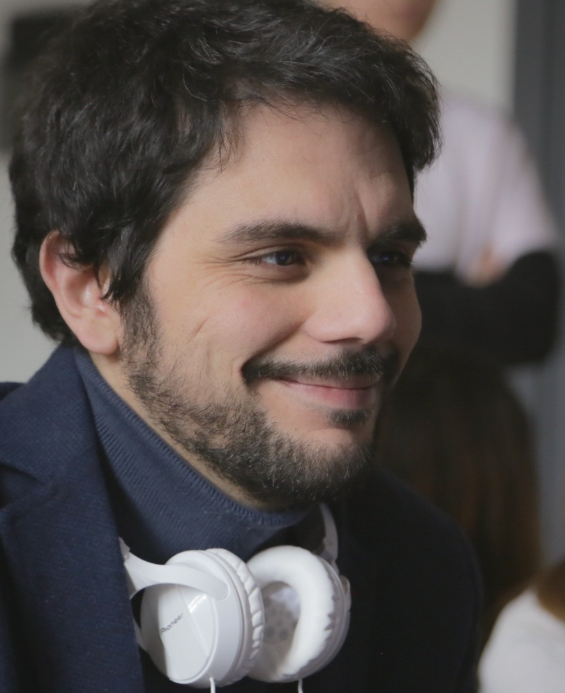 """Valerio Vestoso (ospite) - Nasce a Benevento nel 1987. È autore di numerosi cortometraggi, tra cui """"Il Mese di Giugno"""", """"Ratzinger vuole tornare"""" e """"Tacco12"""", mockumentary sull'ossessione per il ballo di gruppo, che raccoglie prestigiosi riconoscimenti internazionali. Si dedica al teatro scrivendo la commedia """"Lavativo"""", per la regia di Ugo Greogoretti, """"Buena Onda"""" e """"Unigeniti Figli di Dio"""". Vince il Premio Solinas – Bottega delle Serie con la sceneggiatura """"Flash"""", prodotta successivamente da Rai3. Nel 2018 esce il suo documentario """"Essere Gigione"""" sul re delle feste di piazza italiane."""