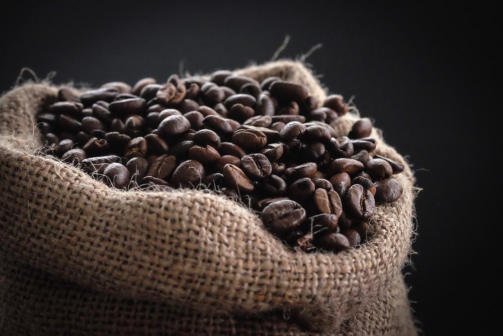 kawa ziarnista świeżo palona w worku jutowym