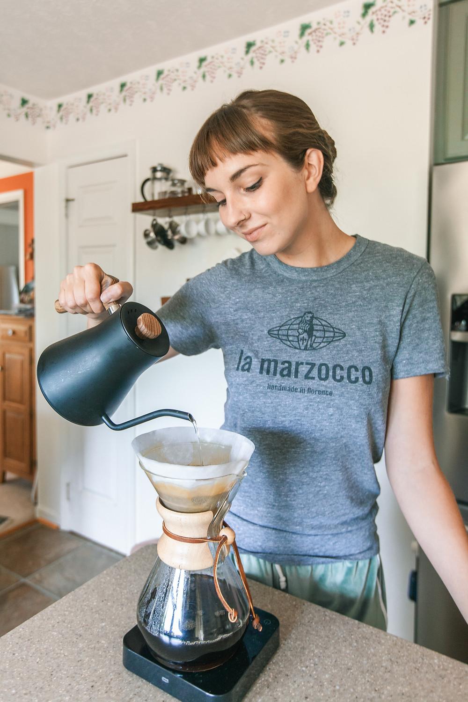 kawa świeżo palona parzona w chemex