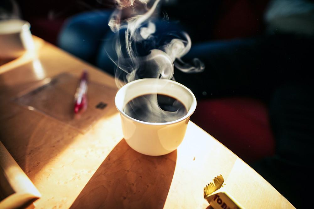 kawa świeżo parzona metodą przelewową