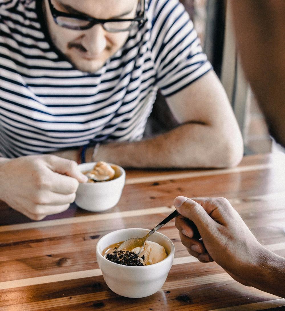 mężczyzna je lody z kawą z białej miseczki