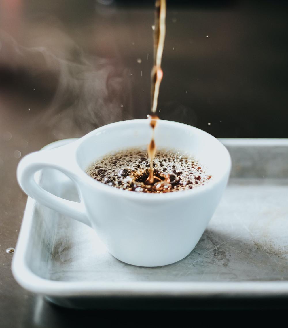 kawa arabika 100% w białej filiżance
