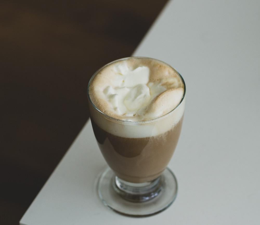 bicerin kawa z czekoladą i śmietanką