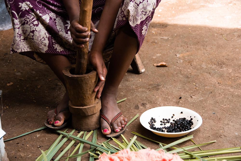 mielenie kawy ręczne kobieta Etiopia