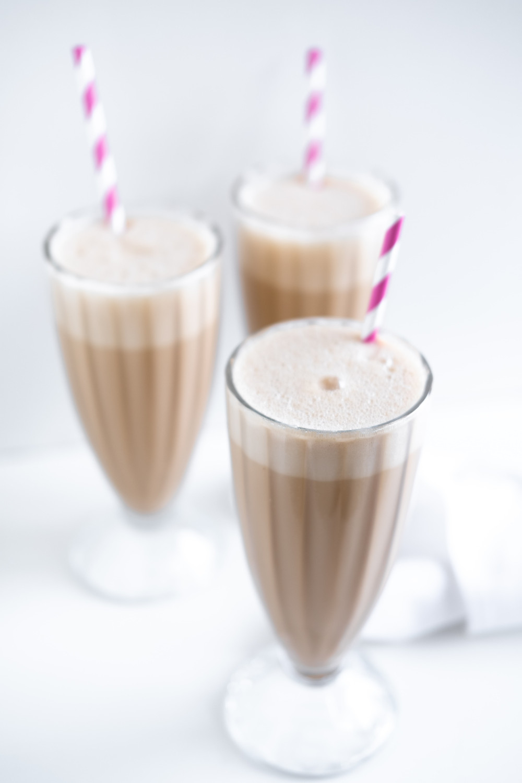 kawa frappe w 3 pucharkach ze słomkami