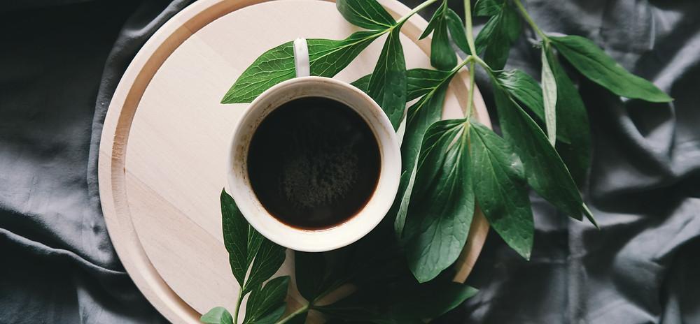 kawa parzona w białej filizance