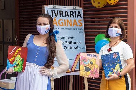 Gabriela na esquerda segurando livro, Leida Reis à direita, segurando dois livros.