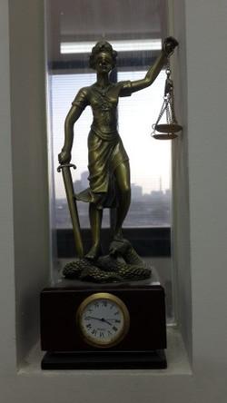 אלת הצדק בתוך חלל במשרד