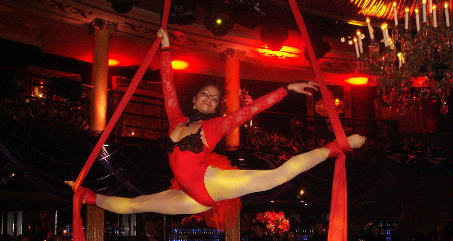MOULIN ROUGE THEMED SILKS PERFORMANCE & AERIAL CHAMPAYE POURING AT CAFE DE PARIS