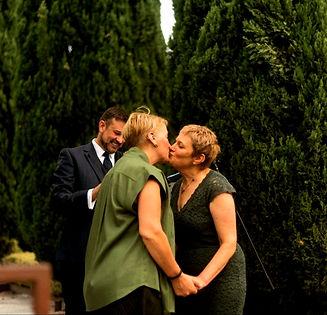 Lisa and Susan kiss.jpg