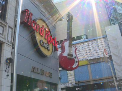 当初出道的摇滚乐队遇上殿堂级的滚石餐厅