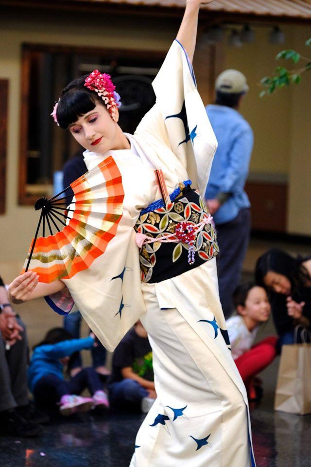 Vystoupení japonského tance - tanec s vějířem