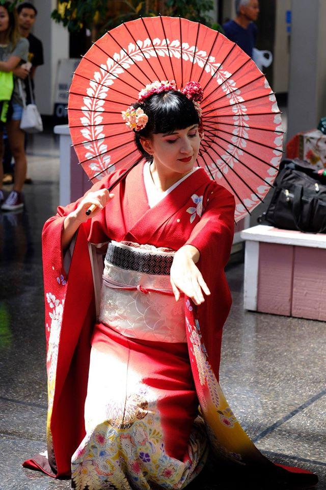 Vystoupení japonského tance - tanec s paraplatem