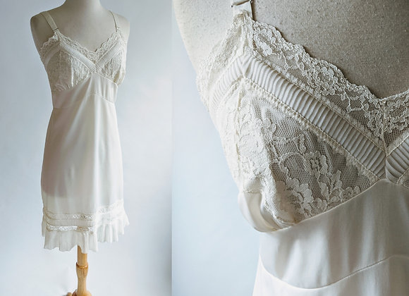 """1950s nylon slip with pleat details 40"""" bust"""