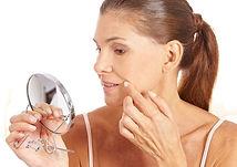 Frau überlegt eine Hautverjüngung