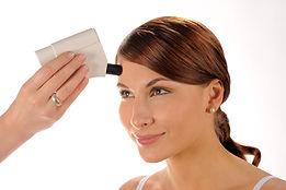 Messung des Hautfettgehalts im Gesicht einer Frau