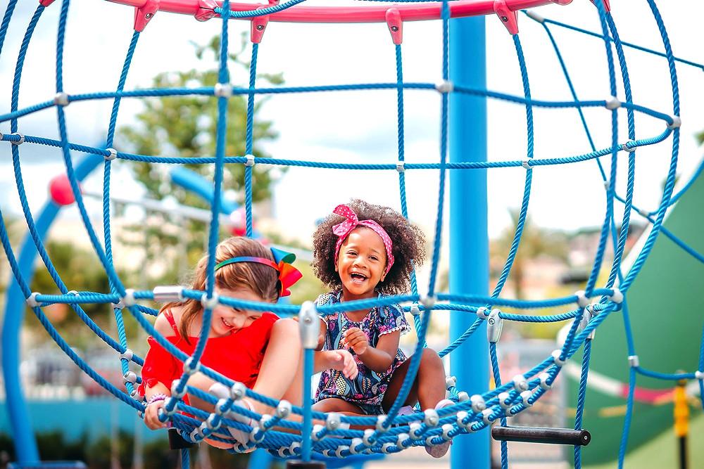 Duas meninas sorrindo e brincando