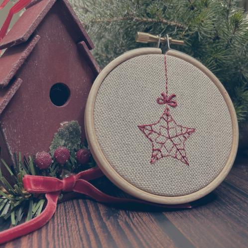 Petit cadre en bois brodé étoile de Noël