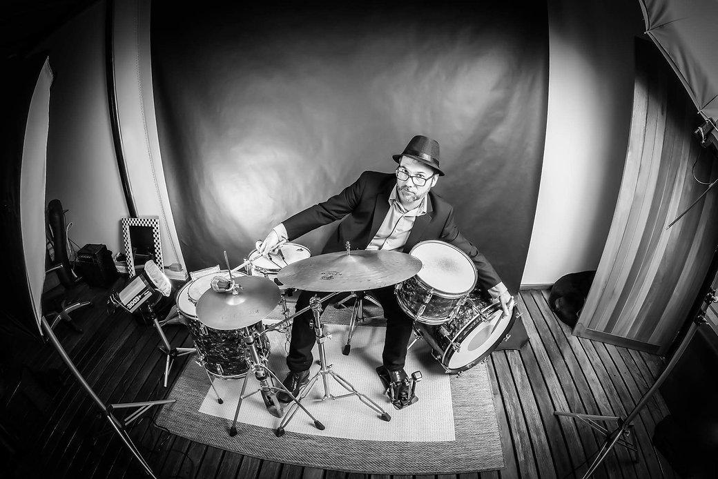 Humberto Zigler, baterista e percussionista especialista em blues e rítmos brasileiros.