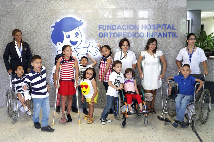 Niños_con_enfermeras_con_polito_entrada.