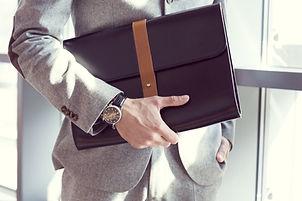 El hombre de negocios que sostiene la cartera, de cerca