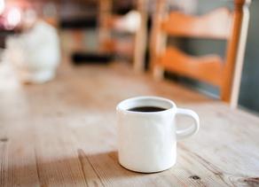 Jesus, pasa a la cocina. el cafe, leche y azúcar están en la mesa. regreso en un momento.att.marta