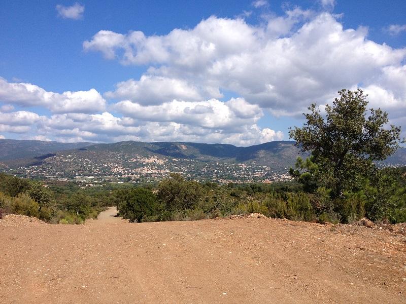 Chemin_randonnée_avec_les_Chemins_de_traverse_vue_sur_colline