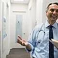 Dottore maschio sorridente.webp