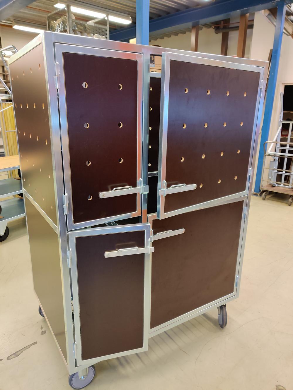 Sairaalan tarvikevaunu lukittavat ovet