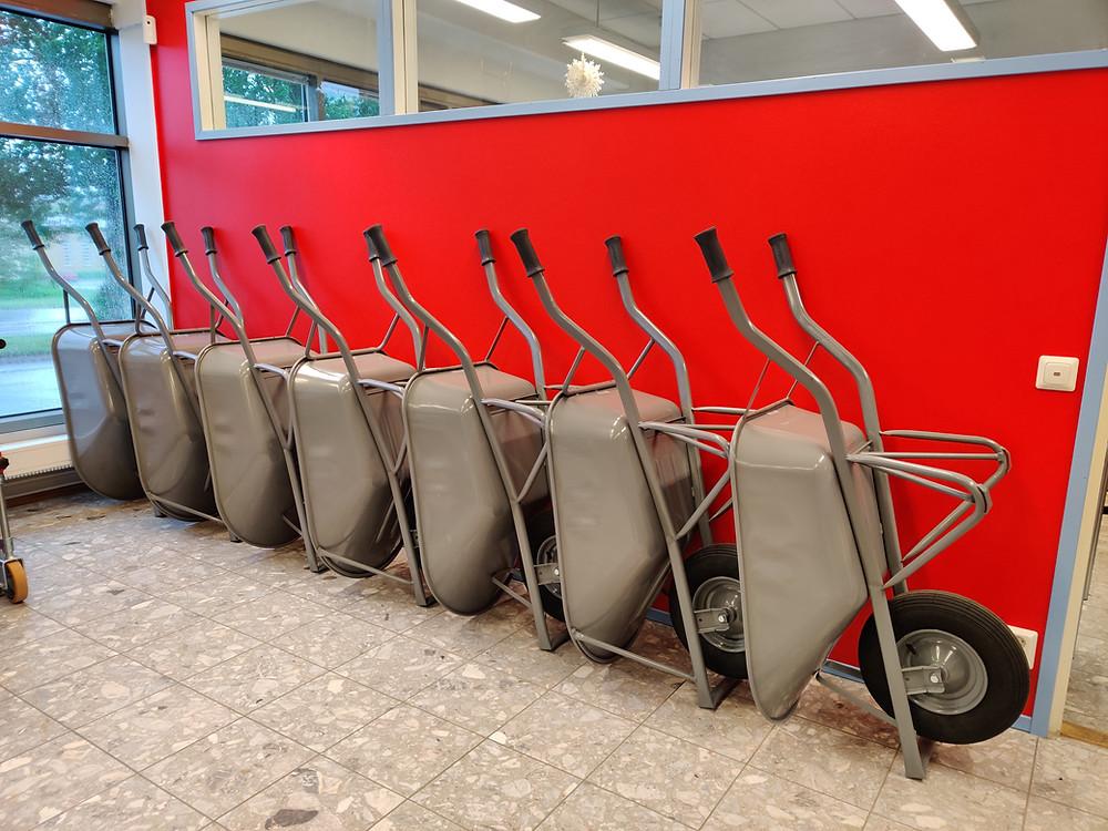 Rakentajan kottikärryjä rivissä myymälässä