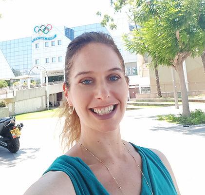 יעל דרור מול הבניין האולימפי בו היא עובד