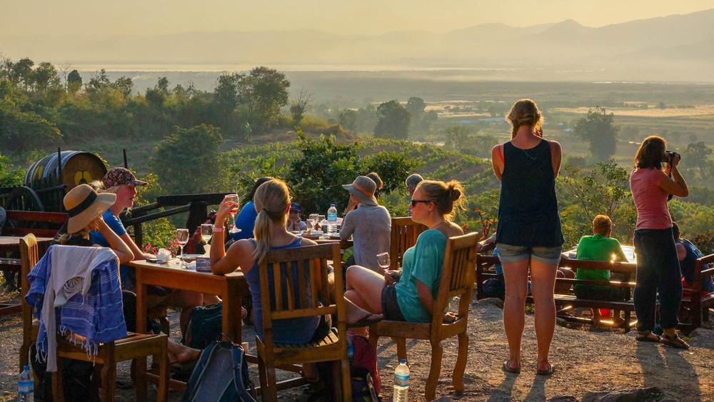 Ngắm hoàng hôn từ đỉnh Red Mountain Winery Inle Myanmar