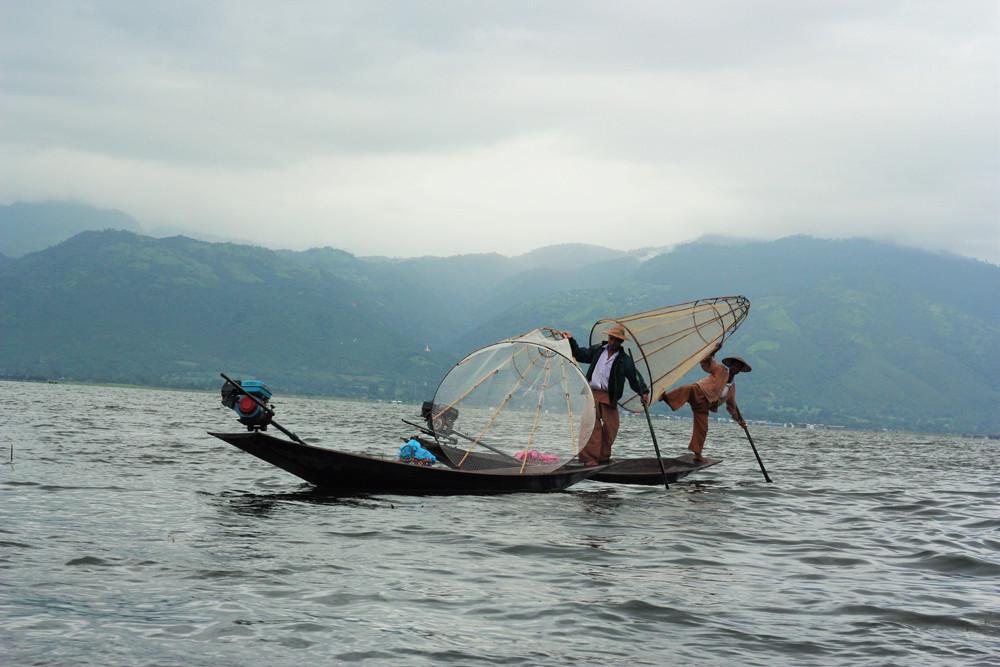 Những người đánh cá tung vó bằng một chân trênHồ Inle - Myanmar