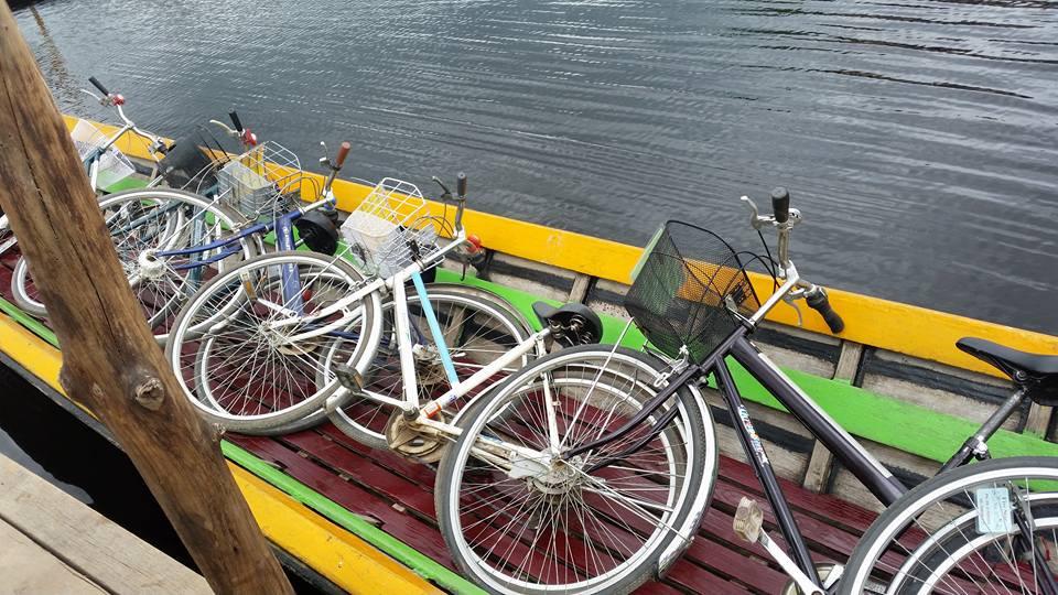 Xếp xe đạp lên thuyền để băng qua hồ Inle