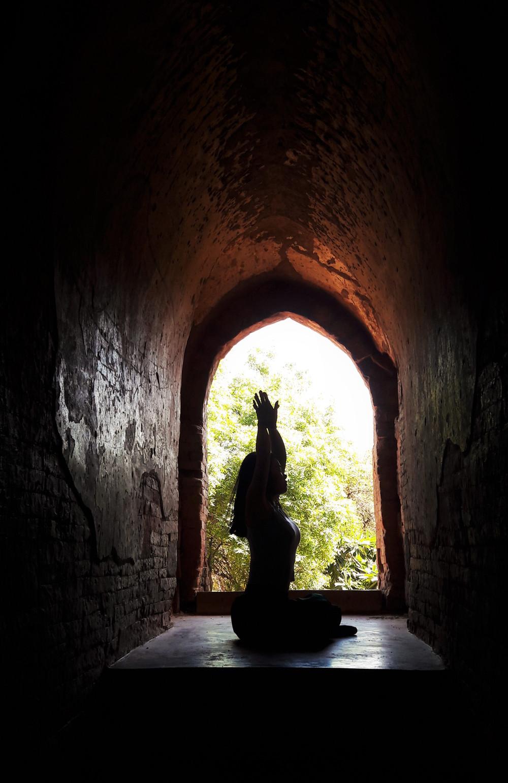 Namaste - Yoga từ cửa sổ một ngôi đền cũ ở Bagan Myanmar